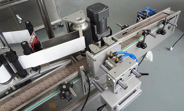 Aukštos kokybės automatinė plastikinė apvalių butelių etikečių klijavimo mašina