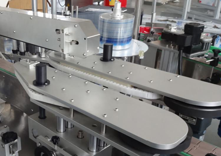 Parduodama tiesinio tipo visiškai automatinė butelių etikečių klijavimo mašina